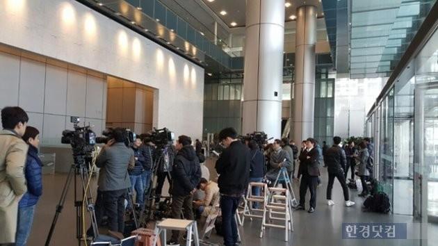 삼성이 8년 만에 압수수색을 당하자 언론의 관심도 높았다. 8일 많은 취재진들이 서초사옥 1층 로비로 몰리면서 삼성 직원들은 한때 당혹감을 감추지 못했지만 이내 정상 업무에 들어간 것으로 알려졌다.