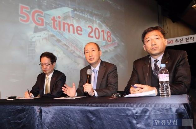 (왼쪽부터) 8일 서울 광화문 KT 스퀘어에서 열린 '5G 전략 기자간담회'에서 전홍범 KT 인프라연구소장, 오성목 네트워크부문장, 서창석 네트워크전략본부장이 기자들의 질문에 답하고 있다. / 사진=KT 제공