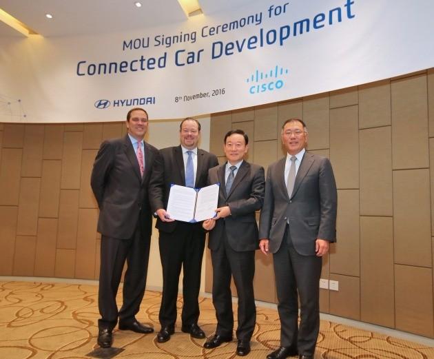 정의선 현대차 부회장과 척 로빈스 시스코 CEO는 8일(현지시각) 구이저우성 구이양시 내 한 호텔에서 '커넥티드카 개발을 위한 전략적 협업 협의서(MOU)'를 체결했다. 왼쪽부터 척 로빈스 CEO, 제임스 피터스 수석부사장, 황승호 현대차 차량지능화사업부 부사장, 정의선 부회장. / 현대차 제공
