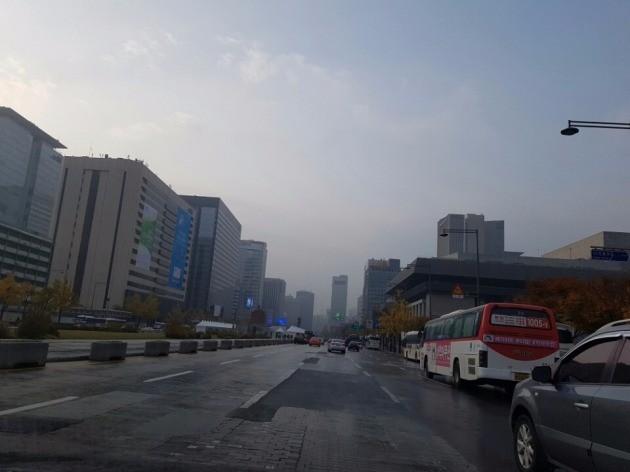 13일 오전 광화문광장 인근. 이날 도로와 인도에는 쓰레기 조각하나 보이지 않아 평소보다도 깨끗했다. 사진=한경닷컴