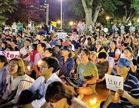 < 교민들도 '촛불' > 호주 시드니 동포들이 12일(현지시간) 도심 하이드파크에서 촛불시위를 벌이고 있다. 연합뉴스
