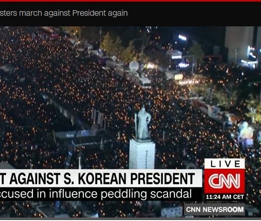 CNN이 지난 주말 광화문 광장에서 열린 대규모 촛불집회를 보도하고 있다. (사진=CNN 방송 화면 캡처)