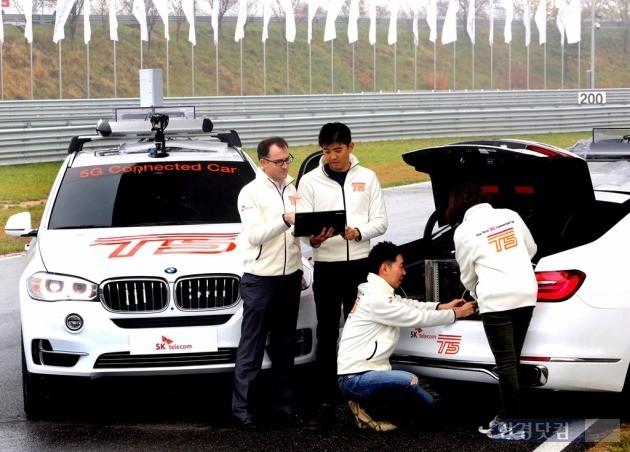 15일 SK텔레콤 연구원들이 영종도 BMW 드라이빙센터 트랙에서 5G 시험망과 커넥티드카 성능을 최종 점검하고 있다. / 사진=SK텔레콤 제공