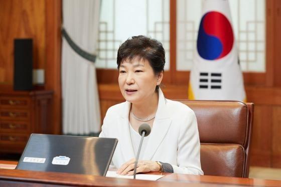 '비선 실세 국정 개입 의혹' 관련 검찰 조사를 앞둔 박근혜 대통령(사진)이 전 한나라당 법률특보를 지냈던 유영하 변호사를 변호인으로 선임했다고 청와대가 15일 밝혔다. 한경DB.