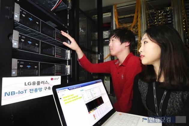 LG유플러스 직원들이 C-SGN 장비를 점검하고 있다. / 사진=LG유플러스 제공