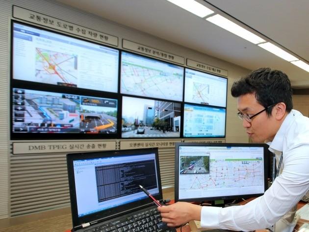 현대·기아차 의왕연구소 교통정보 관제센터에서 현대·기아차 연구원들이 데이터를 분석하고 있다. / 현대차 제공