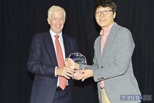 지난 17일 미국 산호세에서 열린 'WBA' 어워드'에서 박용현 SK텔레콤 매니저(오른쪽)가 '최고 무선 네트워크 구축 부문상'을 수상하고 있다. / 사진=SK텔레콤 제공