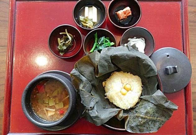 발우공양 '선식' 코스 중 '유미'로 나오는 연잎밥, 된장찌개, 반찬 5종(사진=오정민 한경닷컴 기자)