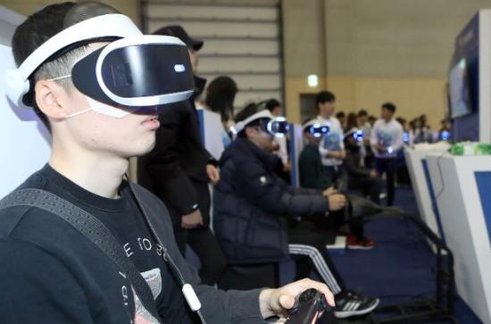 나흘간의 일정을 마치고 지난 20일 폐막한 국내 최대 게임 전시회인 '지스타'에서 관람객들이 가상현실(VR) 게임을 즐기고 있다. 연합뉴스.