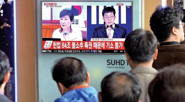 시민들이 서울역 대합실에서 검찰의 최순실 국정 농단 의혹 중간수사 결과 발표를 TV를 통해 지켜보고 있다. 신경훈 기자 khshim@hankyung.com