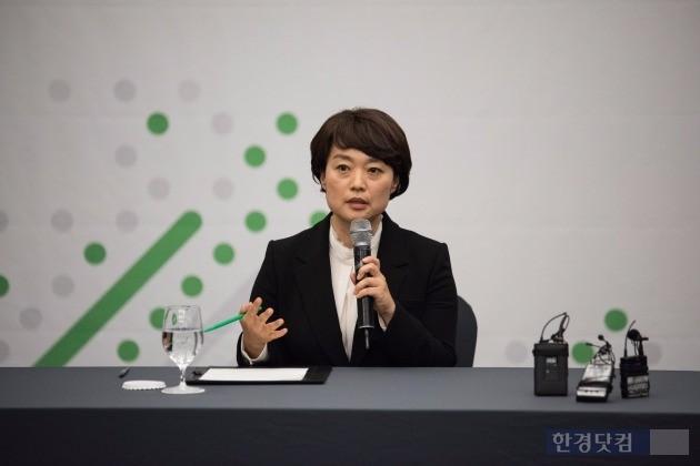한성숙 네이버 대표 내정자가 22일 서울 그랜드인터컨티넨탈서울파르나스에서 열린 '네이버 커넥트 2016' 행사에서 기자들의 질문에 답하고 있다. / 사진=네이버 제공