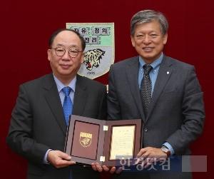 권오섭 대표(왼쪽)가 22일 고려대를 찾아 염재호 총장에게 기부금을 전달하고 함께 기념촬영하고 있다. / 고려대 제공