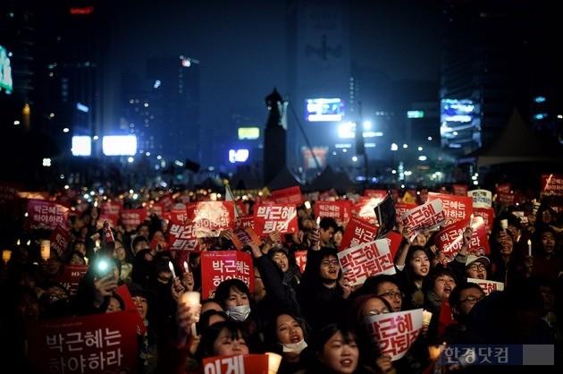 지난 19일 서울 광화문 광장에서 열린 박근혜 정부 퇴진 요구 '4차 촛불집회'에서 시민들이 박근혜 대통령 하야를 촉구하고 있다. / 최혁 한경닷컴 기자 chokob@hankyung.com