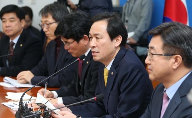 우상호 더불어민주당 원내대표는 25일 국회에서 열린 최고위원 연석회의에서 '박근혜 정부 국정농단 의혹사건 국정조사'와 관련해 여당이 증인 채택 문제에 협조하지 않는다면 문제를 제기하겠다고 경고했다. 한경DB.