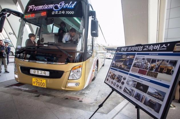 현대자동차가 공급한 프리미엄 고속버스가 25일 서울고속터미널에서 부산으로 출발하고 있다. / 현대차 제공