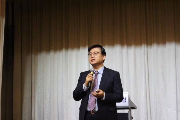 여권 대선주자인 정우택 새누리당 의원이 25일 서울 반포동 JW메리어트 호텔에서 '국가안보포럼' 회원들을 대상으로 강연하고 있다.   정우택 의원실 제공