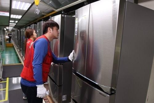 LG전자 직원이 경남 창원시에 위치한 김치냉장고 생산라인에서 디오스 김치톡톡을 생산하고 있다.