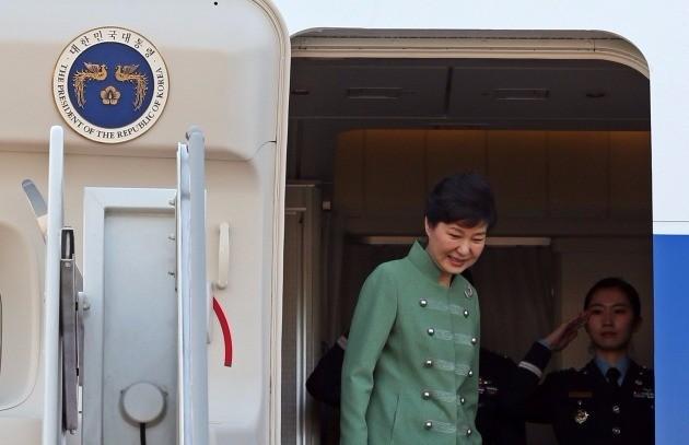 박근혜 대통령이 2016년 5월 4일 오전 이란 방문을 마치고 서울공항으로 돌아와 대통령전용기에서 내리고 있다. 성남/ 청와대사진기자단