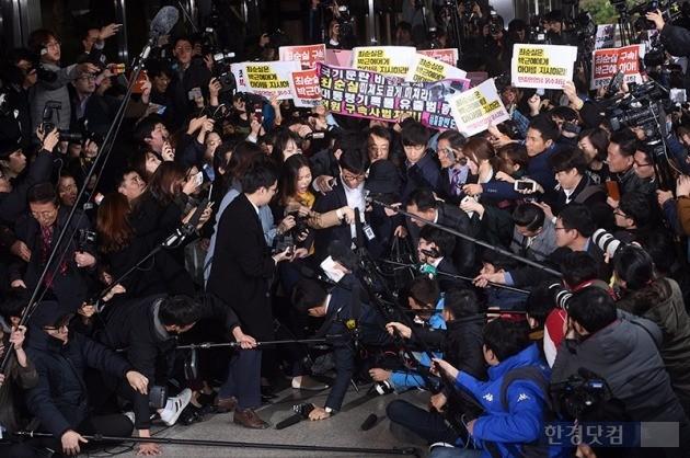 '비선 실세'로 지목된 최순실씨가 31일 오후 서울중앙지검에 출두하기에 앞서 기자들의 질문에 답하고 있다. /사진=최혁 기자