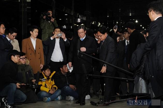 권오준 포스코 회장이 11일 오후 서울 서초동 서울중앙지검에 참고인 신분으로  출석하고 있다. /  최혁 한경닷컴 기자 chokob@hankyung.com