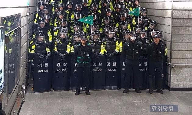 청와대 방향인 경복궁역 3번출구를 봉쇄한 경찰 병력. 사진 전형진 기자