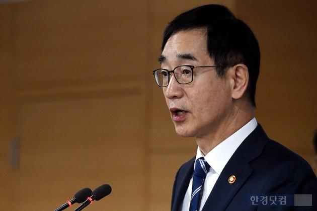 18일 정부서울청사에서 이화여대 특별감사 결과를 발표하는 이준식 교육부 장관. / 최혁 기자