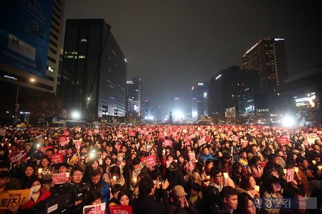 19일 오후 광화문 광장에서 열린 박근혜 정부 퇴진을 요구하는 '4차 촛불집회'에서 시민들이 박근혜 대통령 하야를 촉구하고 있다. / 최혁 한경닷컴 기자 chokob@hankyung.com