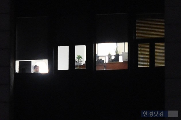 박근혜 정부 퇴진을 요구하는 '4차 촛불집회'가 열린 19일 오후 서울 광화문 정부서울청사 창문에 블라인드가 내려져 있다. / 변성현 한경닷컴 기자 byun84@hankyung.com