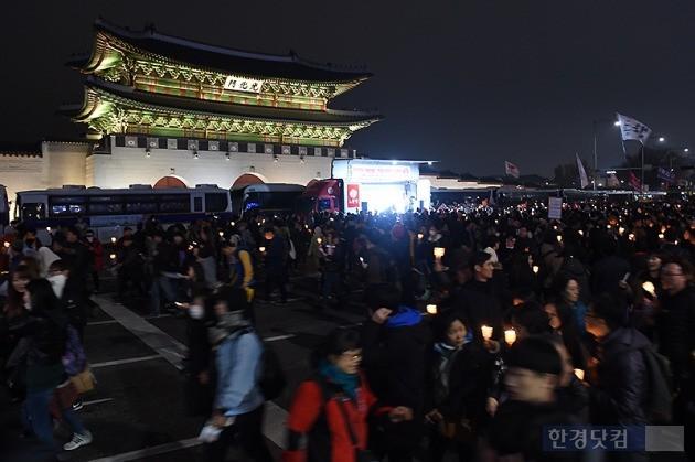 19일 오후 서울 광화문 광장에서 열린 박근혜 정부 퇴진을 요구하는 '4차 촛불집회'에 참가한 시민들이 촛불을 들고 있다. / 변성현 한경닷컴 기자 byun84@hankyung.com