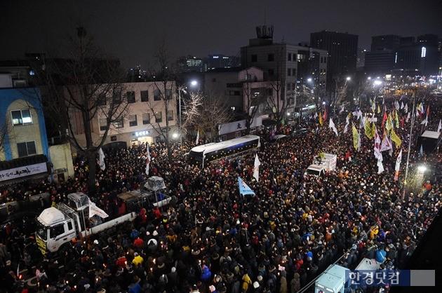 지난 26일 서울에서 열린 5차 촛불집회 모습. / 최혁 기자