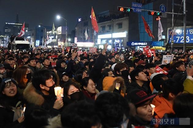 지난 26일 서울에서 열린 5차 촛불집회 모습. / 변성현 기자
