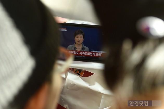 29일 오후 서울역에서 시민들이 박근혜 대통령의 3차 대국민담화를 지켜보고 있다. / 변성현 한경닷컴 기자 byun84@hankyung.com