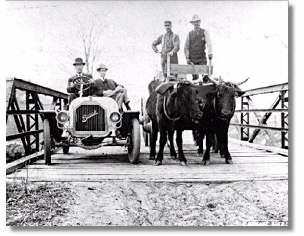 자동차가 마차보다 많아진 시기는 1913년. 자동차가 늘어나면서 주유소나 정비소 같은 자동차를 위한 시설도 늘어났고, 자동차  이용의 효율성 편리성도 기하급수적으로 증가했다.