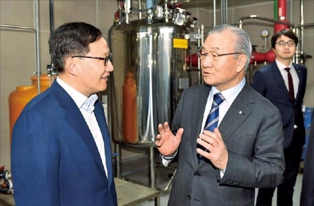 김인호 한국무역협회 회장(오른쪽)이 지난 3월 충북 오송시에 있는 메디톡스 스마트공장을 방문해 메디톡스 직원과 의견을 나누고 있다.  무역협회 제공