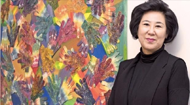 섬유화가 정경연 교수가 현대화랑에 전시된 자신의 작품 '어울림'을 설명하고 있다. 현대화랑 제공
