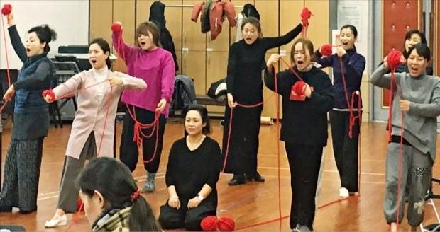 국립창극단 단원들이 오는 11일 개막을 앞둔 '트로이의 여인들'의 한 대목을 연습하고 있다. 국립극장 제공