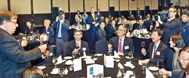 브라이언 카우언 전 아일랜드 총리(맨 왼쪽)가 '글로벌 인재포럼 2016' 환영 리셉션에서 건배사를 하고 있다. 오른쪽 세 번째부터 김기웅 한국경제신문 사장, 이영 교육부 차관, 묘테인찌 미얀마 교육부 장관.