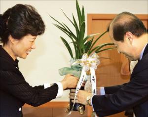 2004년 7월 한나라당 대표가 된 박근혜 대표에게 축하 난을 전달하는 김병준 당시 청와대 정책실장. 한경DB