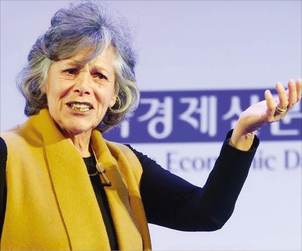 """엘런 랭어 미국 하버드대 심리학과 교수는 2일 '글로벌 인재포럼 2016' 기조연설을 통해 """"리더는 '마음챙김'(mindfulness·주의를 기울임) 개념을 반드시 이해해야 한다""""고 말했다. 김범준 기자 bjk07@hankyung.com"""