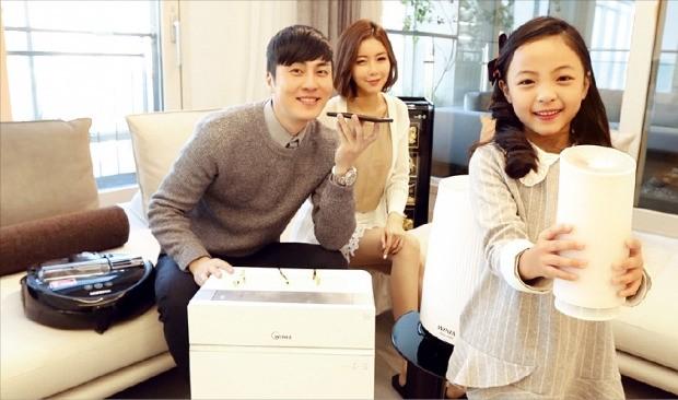 SK텔레콤과 현대건설은 서울 목동 힐스테이트와 경기 평택 송담 힐스테이트 등 총 2000여가구에 음성인식 사물인터넷(IoT) 기반의 '지능형 스마트홈' 서비스를 도입했다. 모델들이 음성으로 전자기기를 작동하고 있다. SK텔레콤 제공