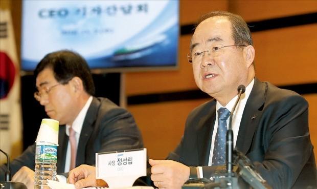 정성립 대우조선해양 사장(오른쪽)이 2일 기자간담회에서 질문에 답하고 있다. 연합뉴스