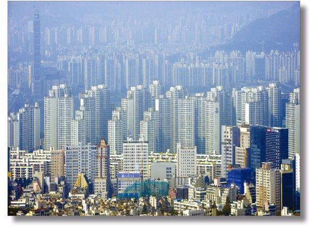 최근 들어 강남3구의 주택 가격이 대폭 상승하고 있다. 정부는 3일 부동산 시장을 안정화시키기 위한 고강대 대책을 내놓을 예정이다.