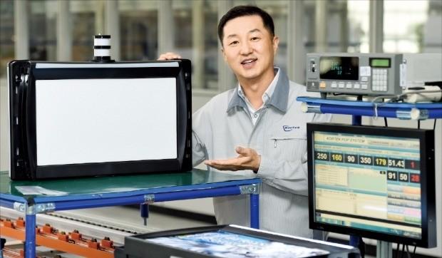 김영달 사장이 인천 송도 코텍 본사에서 자사 카지노 모니터 제품의 기술력을 설명하고 있다. 강은구 기자  egkang@hankyung.com