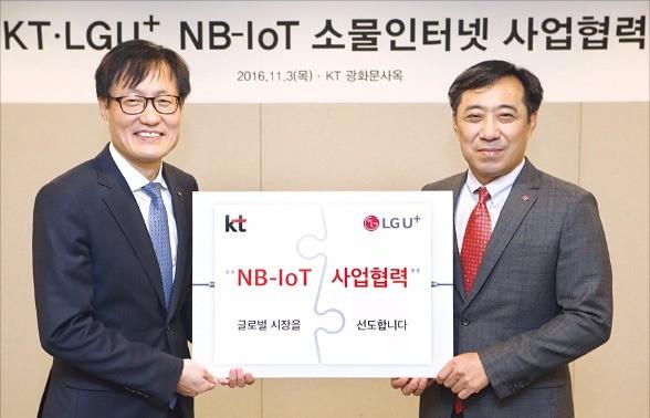 김준근 KT 기가IoT사업단장(왼쪽)과 안성준 LG유플러스 IoT사업부문장은 3일 서울 광화문 KT 사옥에서 NB-IoT 협력을 맺었다. LG유플러스 제공