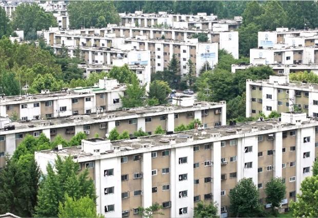 내년에 일반 분양을 앞두고 있는 서울 강동구 고덕지구의 재건축 추진 아파트. 한경DB