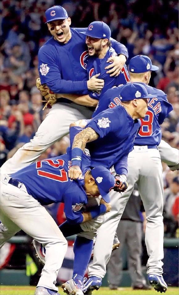 """< """"저주가 풀렸다!"""" > 시카고 컵스 선수들이 3일(한국시간) 미국 오하이오주 클리블랜드의 프로그레시브필드에서 열린 미국 메이저리그(MLB) 월드시리즈 7차전에서 연장접전 끝에 우승을 차지하자 서로를 부둥켜안고 기뻐하고 있다. 연합뉴스"""