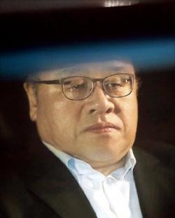 지난 2일 밤 검찰에서 조사받는 도중 긴급체포된 안종범 전 청와대 정책조정수석. 연합뉴스