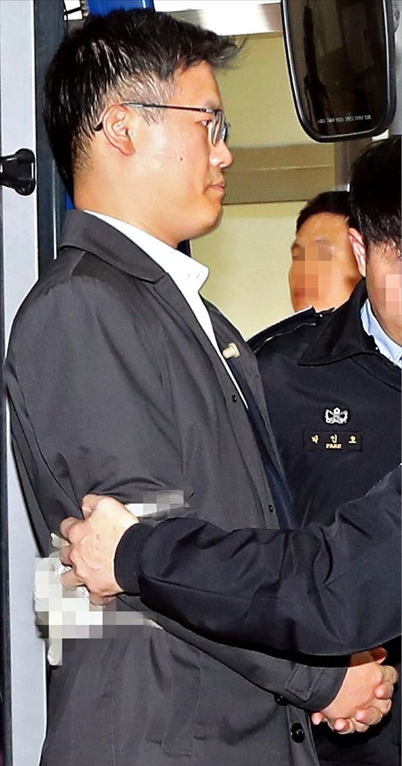 공무상비밀누설 혐의로 체포된 정호성 전 청와대 부속비서관이 4일 검찰 수사를 받기 위해 서울 서초동 서울중앙지방검찰청으로 들어서고 있다. 허문찬 기자 sweat@hankyung.com