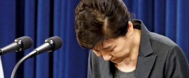 박근혜 대통령이 4일 청와대 춘추관에서 '최순실 국정 개입 파문'과 관련한 대국민 담화를 마친 뒤 고개 숙여 사과하고 있다. 지난달 25일 대국민 사과에 이은 두 번째 공식 사과다. 강은구 기자 egkang@hankyung.com