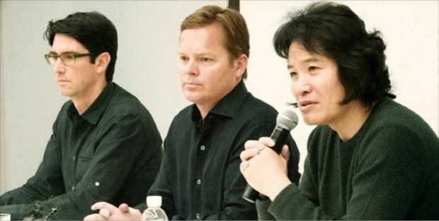 이인종 삼성전자 무선사업부 부사장(오른쪽)이 미국의 인공지능(AI) 플랫폼 회사 비브랩스의 다그 키틀로스 최고경영자(CEO·가운데), 애덤 체이어 부사장(왼쪽) 등과 AI 전략을 설명하고 있다. 삼성전자 제공
